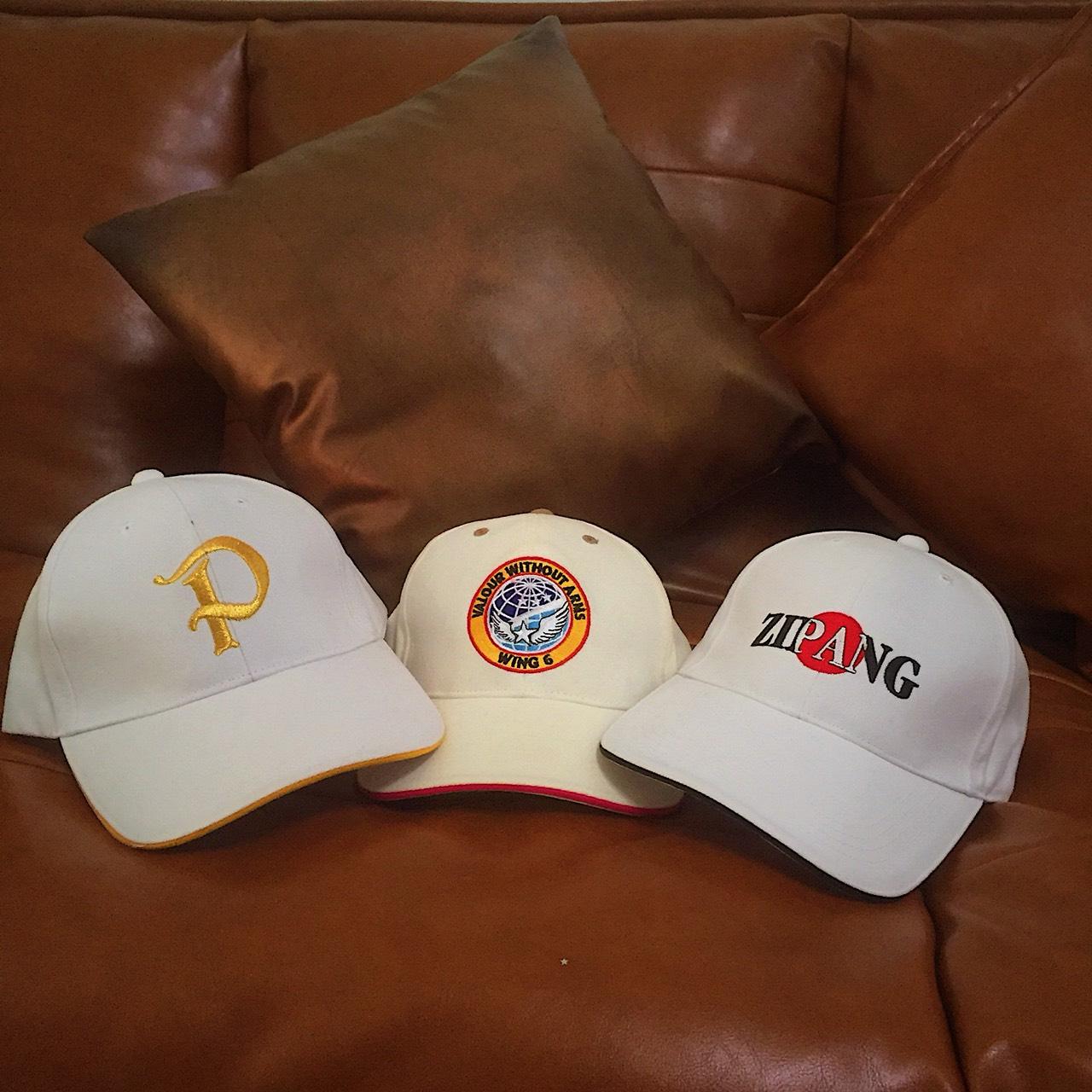 หมวกแก๊ปสีขาว